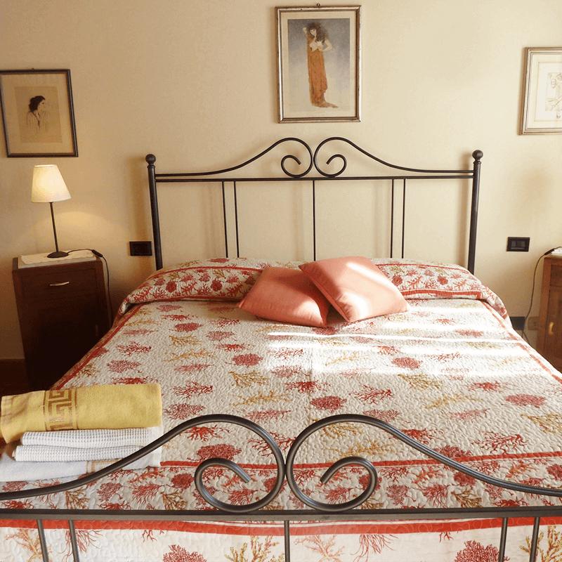 camera con letto in ferro batuto