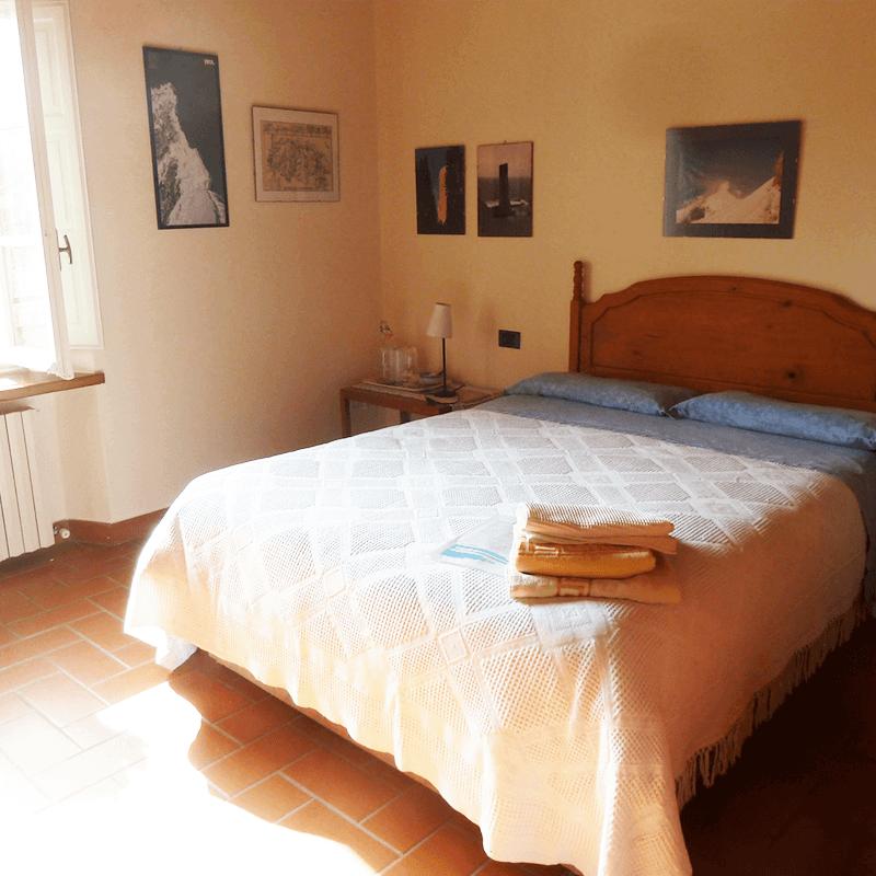camera gialla letto alla francese